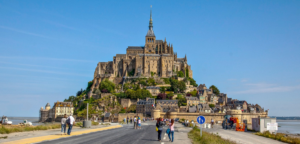 Знаменитое аббатство Мон-Сен-Мишель во французской Нормандии