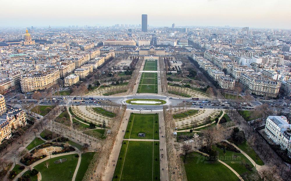 Вид на Париж с Эйфелевой башни.