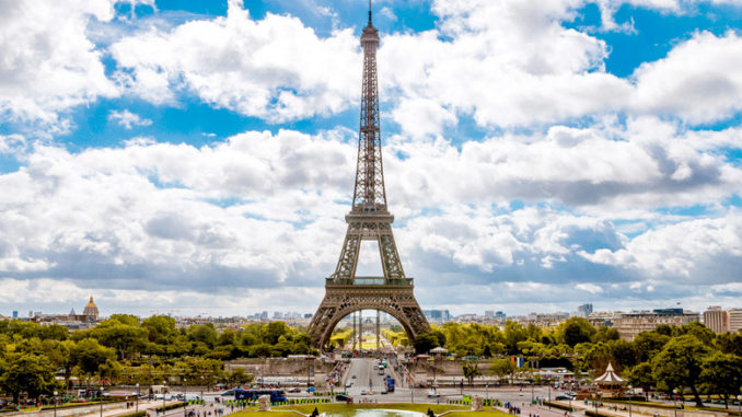 Эйфелева башня в Париже.