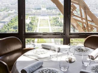 """Ресторан """"Жюль Верн"""" на Эйфелевой башне в Париже."""