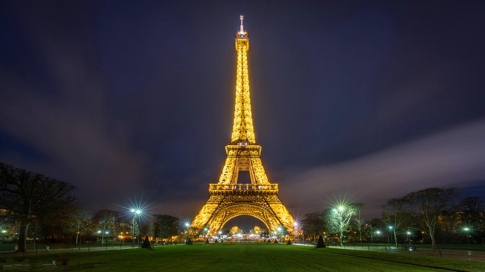 Эйфелева башня - главные достопримечательности Парижа.