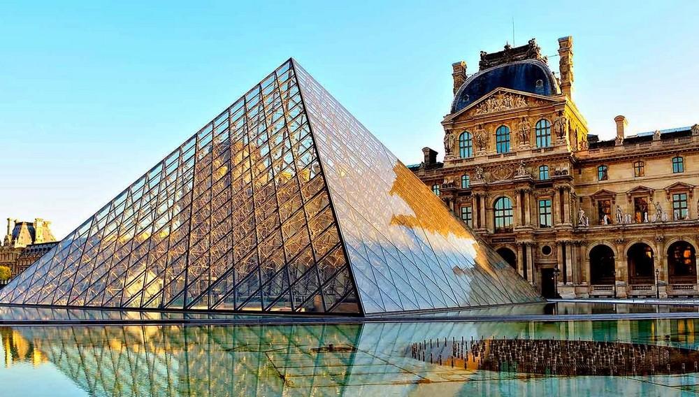 Лувр - главные достопримечательности Парижа.