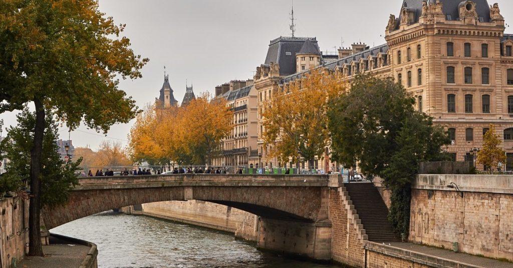 Малый мост в Париже.