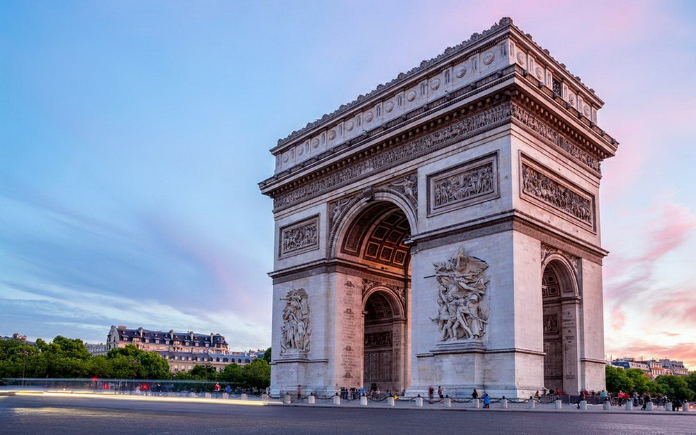 Триумфальная арка в Париже - главные достопримечательности Парижа.