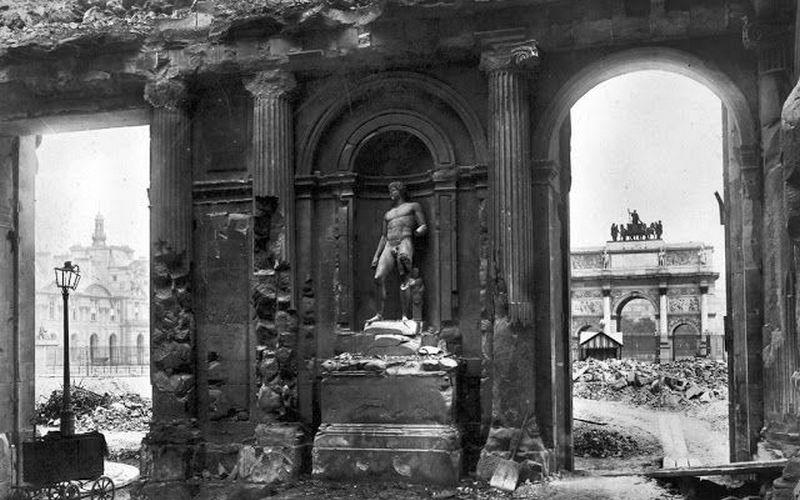 Сожженный и разрушенный дворец Тюильри.