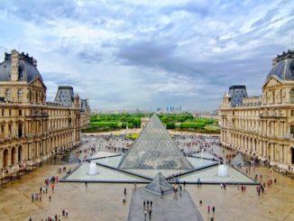 Лувр - достопримечательности Парижа.
